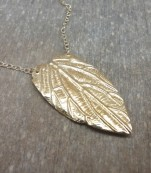 Gold necklace with leaf – Salinas
